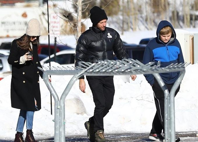 Cặp sao đi cạnh con trai riêng của Chris Martin là Moses 13 tuổi.