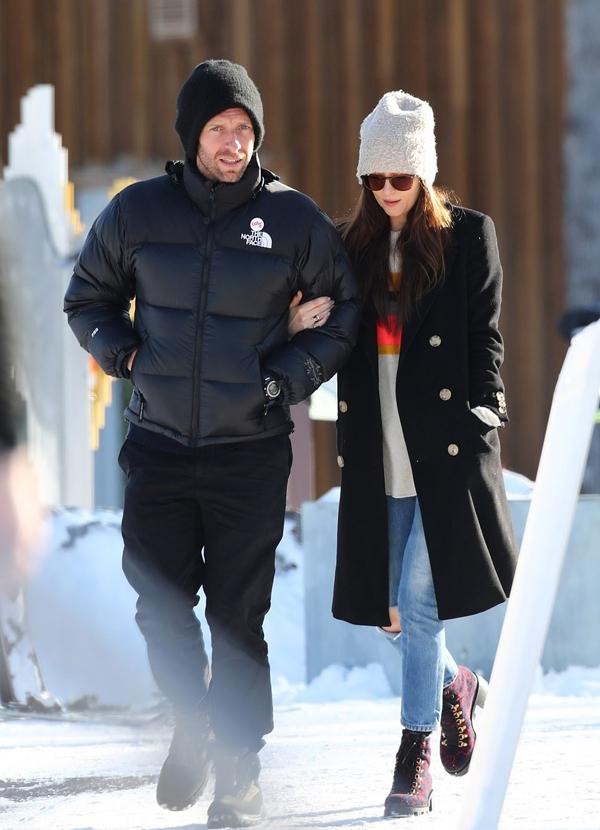 Thủ lĩnh nhóm Cosplay và Dakota Johnson tình tứ khoác tay tản bộ dưới trời mưa tuyết.