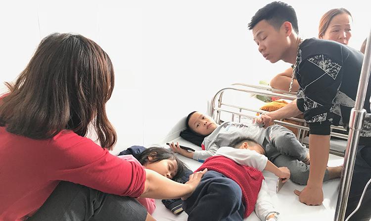 Hàng chục trẻ được đưa đến Bệnh viện Nhi Thanh Hoá cấp cứu.