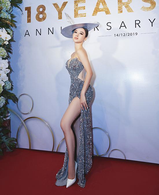 Cũng chọn xiêm y lấp lánh, Trinh khai thác được mọi lợi thế hình thể, từ vòng một đầy đặn tới đường cong hút mắt, nam stylist khen ngợi diện mạo Angela Phương Trinh.