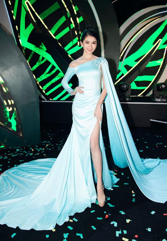 Á hậu Thùy Dung trở thành tâm điểm khi diện bộ đầm xanh pastel dài thướt tha, nhấn nhá phần tà cape mềm mại của NTK Nguyễn Hà Nhật Huy.