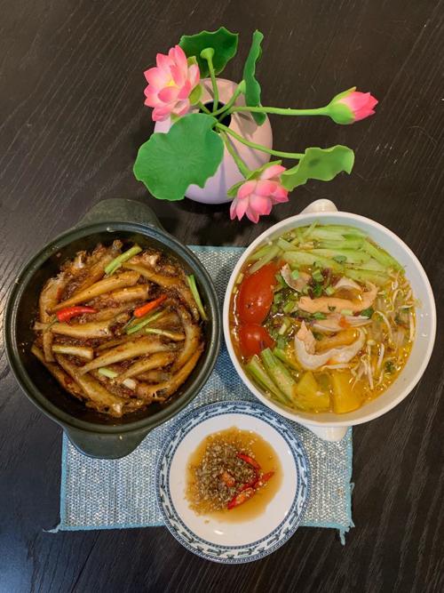 Duy Linh là người con của miền Tây nên anh thường xuyên nấu các món ăn đậm vị quê nhà như canh cá chua, cá kho...