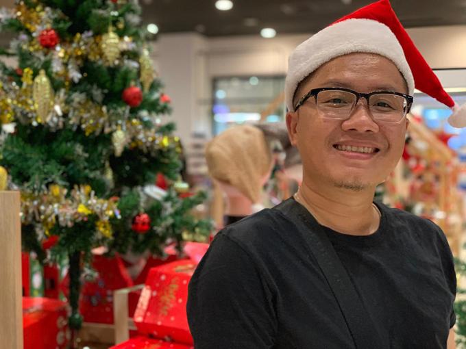 Lê Duy Linh, 32 tuổi, làm công việc văn phòng, sống và làm việc ở Bình Dương. Là người bận rộncông việc nhưng đều đặn mỗi tối, Duy Linh cố gắngdành thời gian lăn vào bếp, cố gắng nấu đủ cơm canh tươm tất, nóikhông với cảnh cơm hàng cháo chợ.