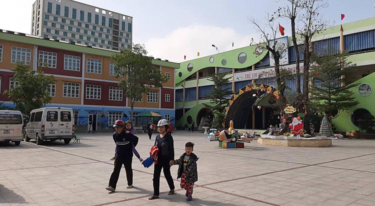 Lo lắng cho sức khoẻ con em, nhiều phụ huynh trường Mầm non Vườn Mặt Trờichiều nay đã cho trẻ nghỉ học. Ảnh: Lam Sơn.