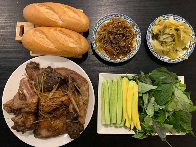 Lúc ăn cơm, Duy Linh cố gắng gác công việc sang một bên để tập trung thưởng thức vị ngon của từng món ăn.