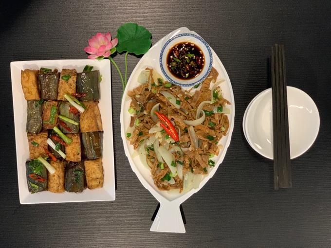 Để bữa cơm thêm nhiều cảm xúc, Duy Linh sẽ trò chuyện cùng bạn bè, xem các chương trình giải trí hoặc bật thêm nhạc trong bữa ăn.