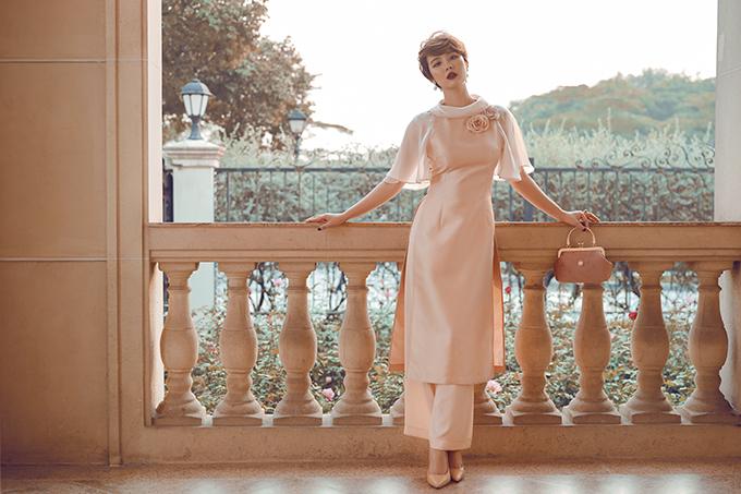 Huyền Lizzie hoá thân thành quý cô cá tính khi khoác lên mình những bộ áo dài Mademoiselle by Tulip do MC Mai Ngọc và nhà thiết kế Dũng Nguyễn thực hiện. Nữ diễn viên được bạn bè nhận xét ngày càng xinh đẹp, gợi cảm sau khi trải qua đổ vỡ hôn nhân.