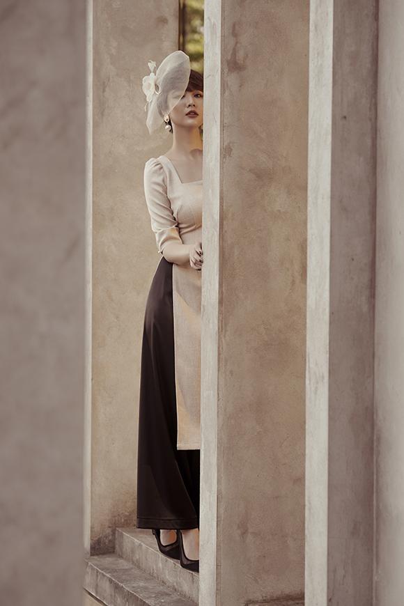 Thiết kế cổ vuông giúp nữ diễn viên Ngược chiều nước mắt khoe được đôi xương quai xanh gợi cảm.