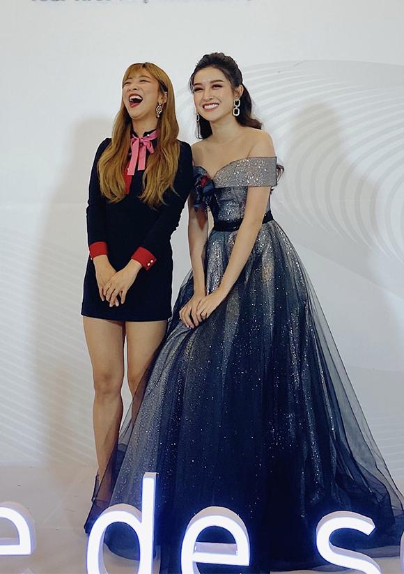 Cô bất ngờ khi gặp Luna của nhóm f(x) tại sự kiện. Luna là một trong những ca sĩ nổi tiếng của Hàn Quốc, từng có thời gian hoạt động chung nhóm f(x) với ca sĩ Sulli quá cố.
