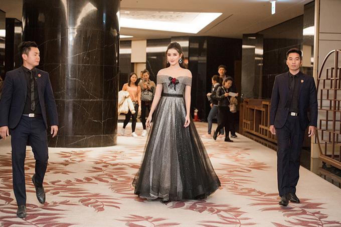 Tối 22/12, Á hậu Huyền My xuất hiện lộng lẫy trong bộ váy công chúa của nhà thiết kế Phạm Đặng Anh Thư.