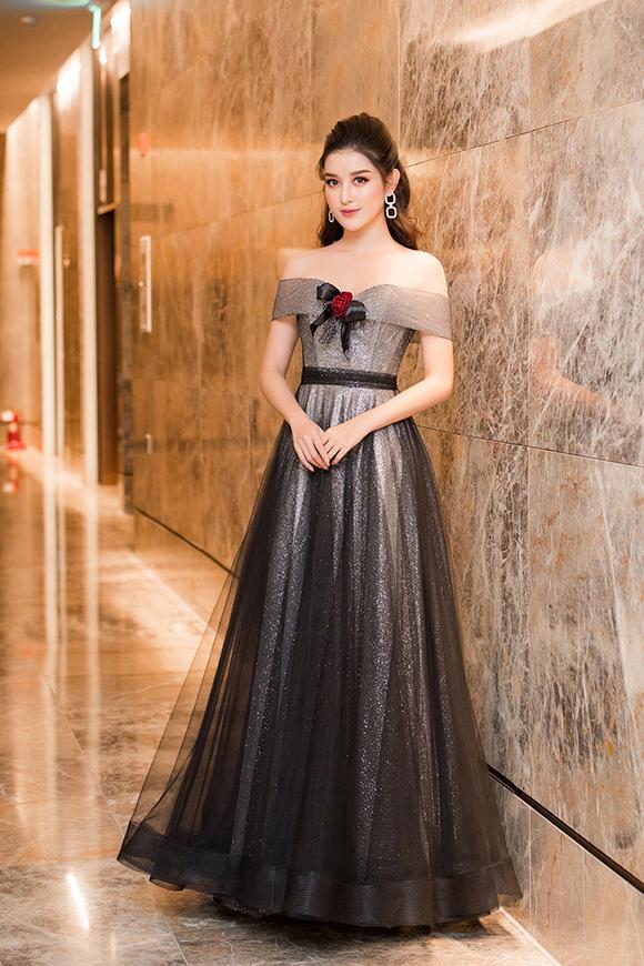 Thời tiết Hà Nội tối qua vào khoảng 10 độ C nhưng người đẹp vẫn tự tin diện váy trễ vai, khoe vẻ gợi cảm.