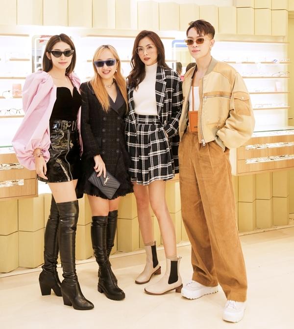 Khổng Tú Quỳnh (trái) bay ra Hà Nội sáng 22/12 để kịp tham dự ngày vuicủa đàn chị. Cô đi cùng stylish - người mẫu Kelbin Lei (phải).