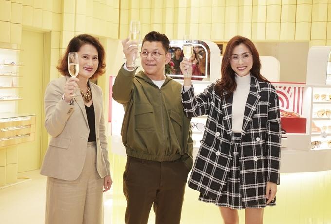 Tăng Thanh Hà nâng ly cùngcộng sự - những người hỗ trợ cô đưa thương hiệu kính mắt từ Philippines về Việt Nam.