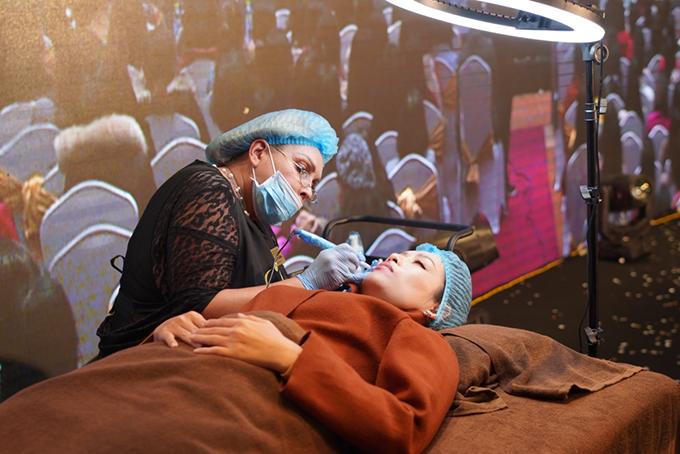 Một trong những điểm thu hút sự chú ý của các khách mời là quá trình trải nghiệm thực tế công nghệ phun xăm mày môi tại Thu Cúc của MC, diễn viên Hương Giang và diễn viên Hà Hương. Các diễn viên được đội ngũ chuyên viên phun xăm quốc tế tư vấn và thực hiện phun xăm ngay tại sân khấu.