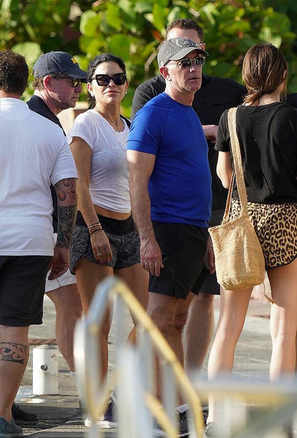 Tỷ phú Jeff Bezos và người tình Lauren Sanchez ở đảo St Bart, Caribbean hôm 23/12. Ảnh: Mega.