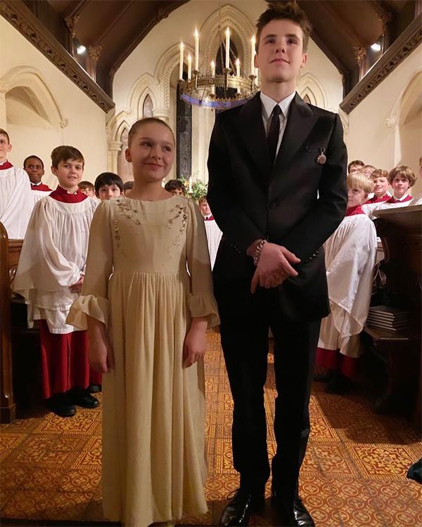 Khoảnh khắc Cruz và em gái bước vào nhà thờ trong lễ rửa tội.