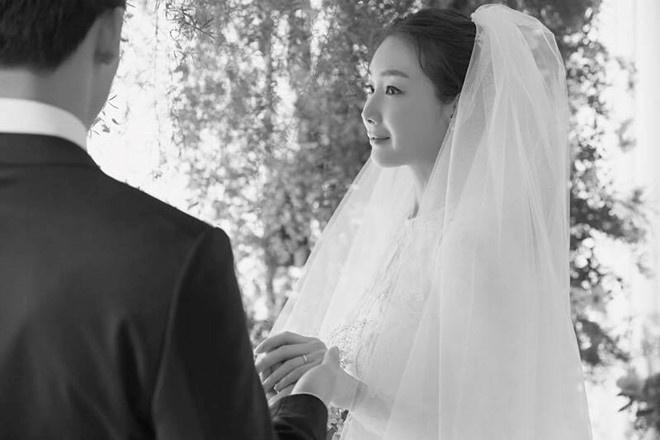 Choi Ji Woo trong tấm ảnh cưới hiếm hoi chụp năm 2018.