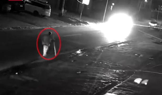 Cụ ông chống gậy đi bộ ở rìa đường trước khi bị đâm tại thành phố Bắc Lưu,Quảng Tây hôm 14/12. Ảnh: Shanghaiist.