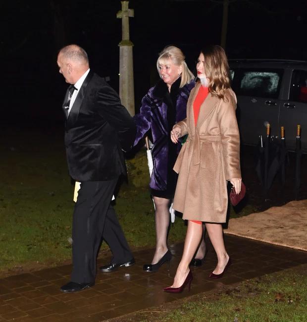Ông Ted - bố Becks- quay mặt đi khi thấy phóng viên nắm taybạn gái Hilary vào nơi tổ chức tiệc.Trước buổi lễ rửa tội, có tin ông Ted và Vic xung đột vì cựu ca sĩ nhạc pop không mời con gái riêng của Hilary tới dự.