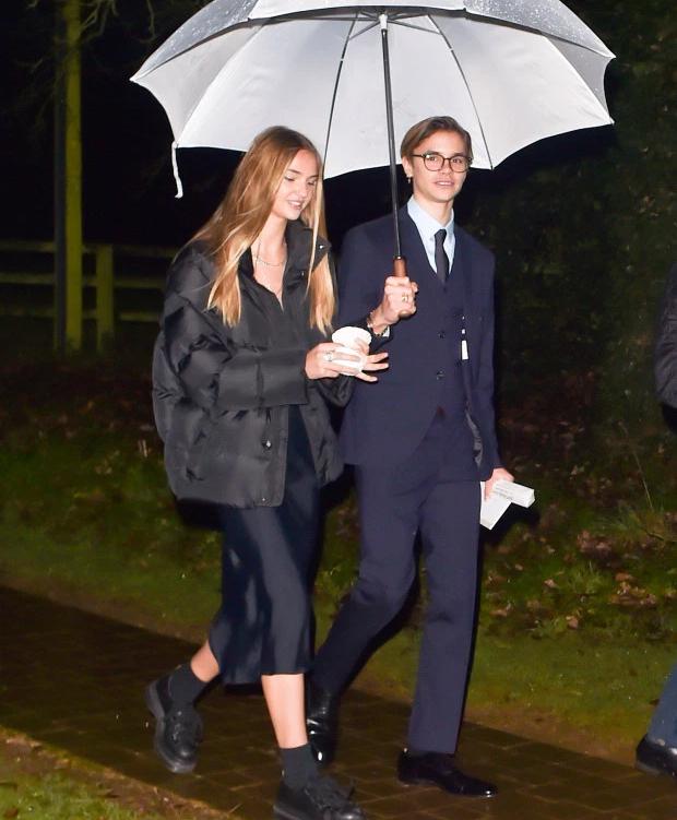 Cậu hai Romeo cầm ô che mưa cho bạn gái người mẫu Mia Regan. Chàng trai 17 tuổi ra dáng một quý ông chững chạc, điển trai khi thêm cặp kính.