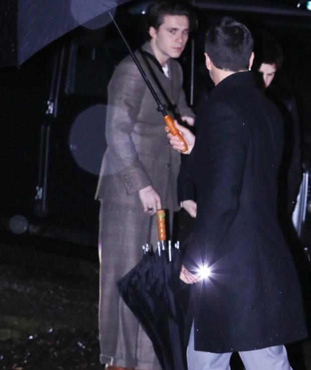 The Sun cho biết, nhà Becks ngồi trên hai chiếc Land Roverstới bữa tiệc, một chiếc do Becks cầm lái, chiếc còn docậu cảBrooklyn điều khiển.