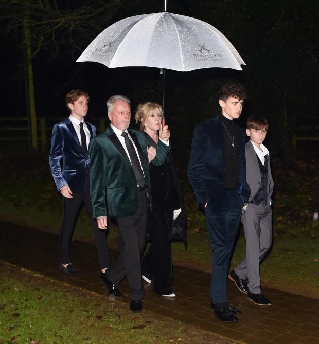 Bố mẹ Vic đi cùng các cháu trai -con củacác em Vic là Louise và Christian.
