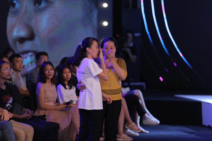 Thí sinh Huỳnh Thị Mỹ Duyên cùng mẹ xúc độngkhi được trao tấm vé lột xác.