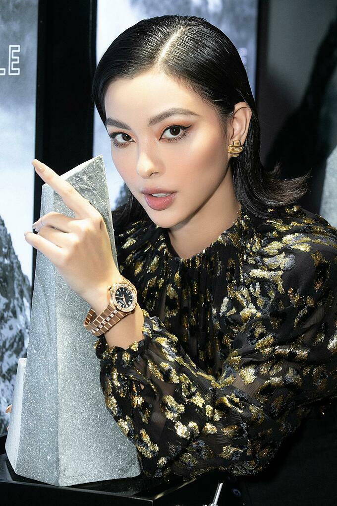 Trên tay cô nàng quán quân The Face 2017 Tú Hảo là chiếc đồng hồ Alpine Eagle tông vàng cá tính.