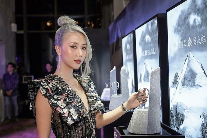 Quỳnh Anh Shyn cũng góp mặt với trang phục đúng chủ đề của sự kiện.
