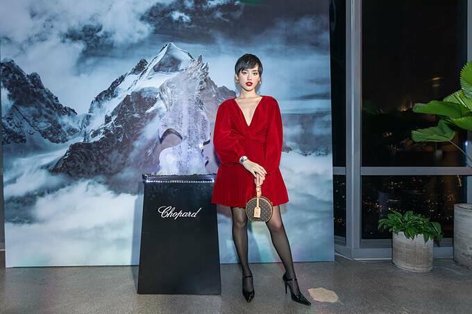 Cô em trendy Khánh Linh mặc đầm đỏ cá tính của Lâm Gia Khang.