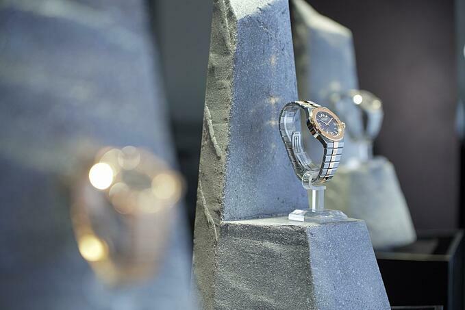 Chopard Alpine Eagle: Bộ sưu tập mang tính biểu tượng của thương hiệu Tiền thân của bộ sưu tập đình đám của Chopard - Alpine Eagle là chiếc đồng hồ St. Moritz - chiếc thép, thể thao đầu tiên của thương hiệu. Vào thời điểm thập niên 80, một chiếc đồng hồ thể thao bằng thép là bước đi mạo hiểm đối với Chopard trong phân khúc đồng hồ trang sức, nhưng St. Moritz đã thành công, đặt nền móng phát triển mảng chế tác đồng hồ cao cấp vốn là giá trị nguyên bản của thương hiệu. Trải qua 4 thập kỷ, năm nay nhà mốt tái sinh lại chiếc St.Moritz qua bộ sưu tập mới.Alpine Eagle gây ấn tượng mạnh với loại vật liệu đắt đỏ, quý hiếm như vàng hay thép A223, biến ước mơ của những nhà giả kim thời kỳ Phục hưng thành hiện thực lấp lánh. Lucent Steel A223 là một loại thép tôi luyện từ quy trình tái nung chảy, mang đến ba đặc tính độc đáo cho loại vật liệu này: không gây kích ứng da, chống xước cao hơn 50% so với thép thông thường và sáng rực rỡ tương đương với vàng.