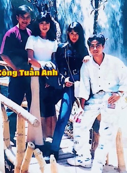 Từ trái qua: cố diễn viên Lê Công Tuấn Anh chụp ảnh cùng Á hậu Trịnh Kim Chi, cựu người mẫu Minh Anh và diễn viên Quyền Linh khi còn sống. Ngày đó Lê Công Tuấn Anh yêu Minh Anh còn Quyền Linh và Trịnh Kim Chi là một cặp.