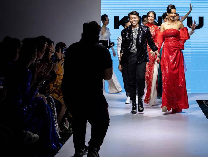 Quán quân Vietnams Next Top Model 2016 đưa stylist Trần Đạt - người tổ chức sự kiện thời trang nàyra chào khán giả.