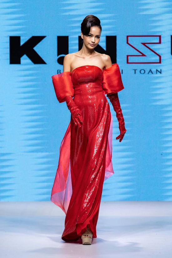 [Caption] Ngọc Châu chia sẻ: Trình diễn cho NTK áo dài Kinzu, Ngọc Châu cảm thấy rất hào hứng khi được diện trang phục truyền thống của Việt Nam nhưng lại được sáng tạo, làm mới theo kiểu dáng vô cùng mới lạ, phá cách. Đây cũng là sàn diễn thời trang đầu tiên Châu trình diễn sau khi đạt danh hiệu Miss Supranational Asia 2019. Bên cạnh đó, anh Kinzu cũng là người anh cùng quê Tây Ninh, Châu muốn ủng hộ anh ấy hết mình như một niềm tự hào của quê hương Tây Ninh.