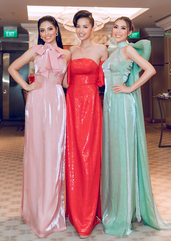 Từ trái qua: Hoa hậu siêu quốc gia Malaysia, Hoa hậu siêu quốc gia châu Á và Hoa hậu sắc đẹp châu Á chụp ảnh kỷ niệm.