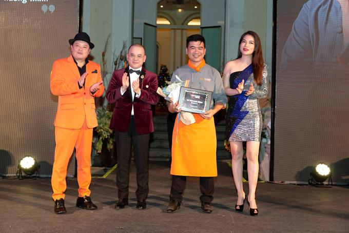 Gíam khảo Jack Lee, Doanh nhân Dương Quốc Nam và Trương Ngọc Ánh trao giải Á Quân 2 cho Chef Huỳnh Hoàng Sin