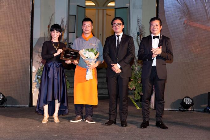 Giám khảo Trịnh Diễm Vy và Luke Nguyễn trao giải Á quân 1 cho Chef Nguyễn Văn Hưng