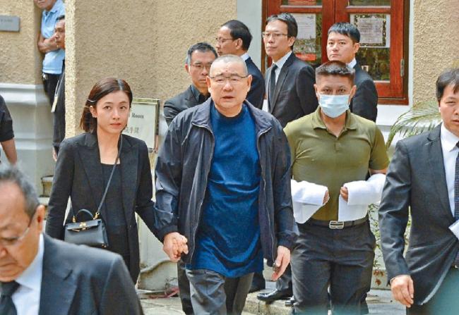 Ông Joseph Lưu Loan Hùng (65 tuổi), chủ của công ty bất động sản Chinese Estates Holdings năm 2018 đã chuyển tài sản ước tính 9 tỷ USD sang cho vợ đứng tên. Do đó, Khải Vận hiện là người phụ nữ giàu có nhất Hong Kong. Cô hiện có ba con với tỷ phú Hong Kong.