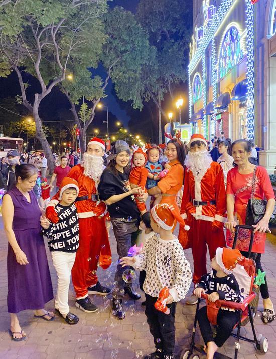 Oanh Yến được hai người giúp việc (ngoài cùng bên trái và ngoài cùng bên phải) hỗ trợ đưa 5 con đi chơi ở trung tâm Sài Gòn. Hoa hậu Toàn cầu 2015 đang mang thai con thứ sáu được hơn 6 tháng. Mẹ con người đẹp hội ngộ ca sĩ Trà Ngọc Hằng và con gái Sophia.