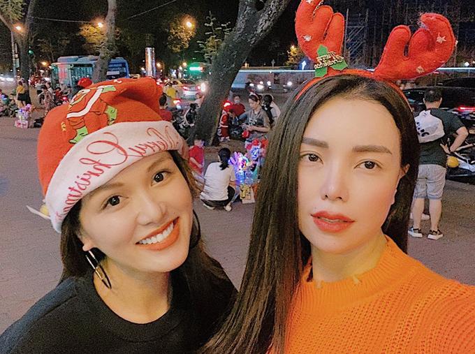 Hai bà mẹ tranh thủ selfie kỷ niệm mùa Giáng sinh 2019. Họ hy vọng có nhiều dịp cùng nhau đưa các con đi chơi chung để trao đổi kinh nghiệm nuôi dạy trẻ và tám chuyện về làng giải trí.