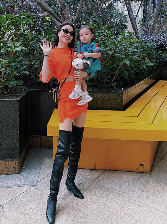 Trà Ngọc Hằng khiến nhiều người ngưỡng mộ vì lấy lại vóc dáng khá nhanh sau hơn một năm sinh công chúa nhỏ.