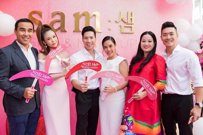 Vợ chồng Quốc Cơ - MC Hồng Phượng, Quốc Nghiệp - Ngọc Mai (từ phải qua), MC Quỳền Linh (trái) không ngại sáng sớm đến mừng diễn viên Sam (váy hồng) ra mắt thương hiệu mỹ phẩm mang tên cô.