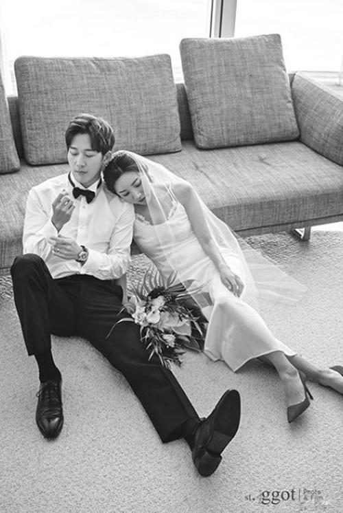 Chú rể trung thành với những bộ cánh lịch lãm, còn cô dâu đã thay sang váy cưới thứ 2, mang phong cách tối giản, có viền ren nơi ngực áo.