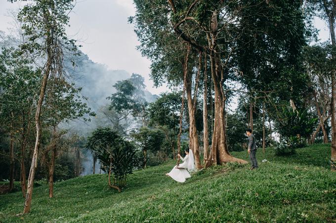 Chúng tôi rất vui vì được là cặp cô dâu, chú rể đầu tiên được chụp hình ở bãi cỏ xanh mướt, nơi xích đu và bãi cắm trại ở công viên, cô dâu cho hay. Bộ ảnh được bấm máy trong vòng 1 ngày. Trước ngày chụp, cặp uyên ương liên tục lo lắng vì trời liên tục đổ mưa. Tuy nhiên, may mắn đã mỉm cười với cặp sắp cưới khi ngàychụp cótiết trời đẹp,nắng dịu nhẹ.