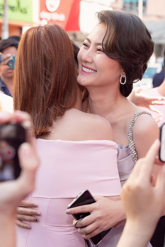 Diễn viên Ngọc Lan ôm chầm chúc mừng Sam lên chức bà chủ.