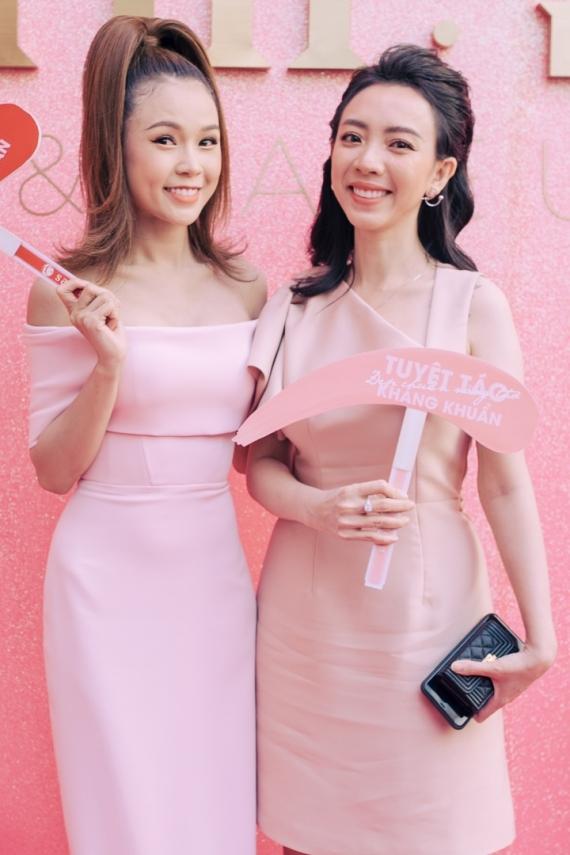 Diễn viên hài Thu Trang (phải) mừng bước tiến mới trong sự nghiệp của đàn em thân thiết.