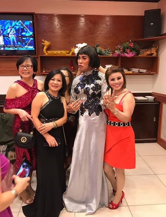 Hoài Tâm (áo dài) vẫn đi diễn trong đêm 24/12. Anh được khán giả hải ngoại yêu mến và bao quanh xin chụp hình chung.