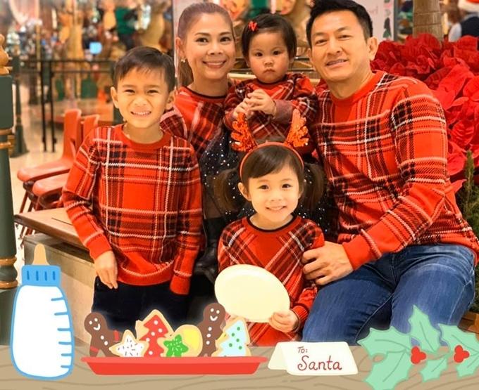 Ca sĩ Thanh Thảo diện áo đồng phục tone đỏ cùng ông xã Tom Hán, con trai Jacky, con gái Talia và cháu gái.