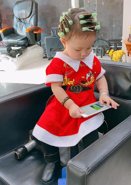 Bé Sophia được mẹ Trà Ngọc Hằng chăm chút từ nhỏ. Nhóc tỳ hơn một tuổi vào salonuốntóc xoăn.