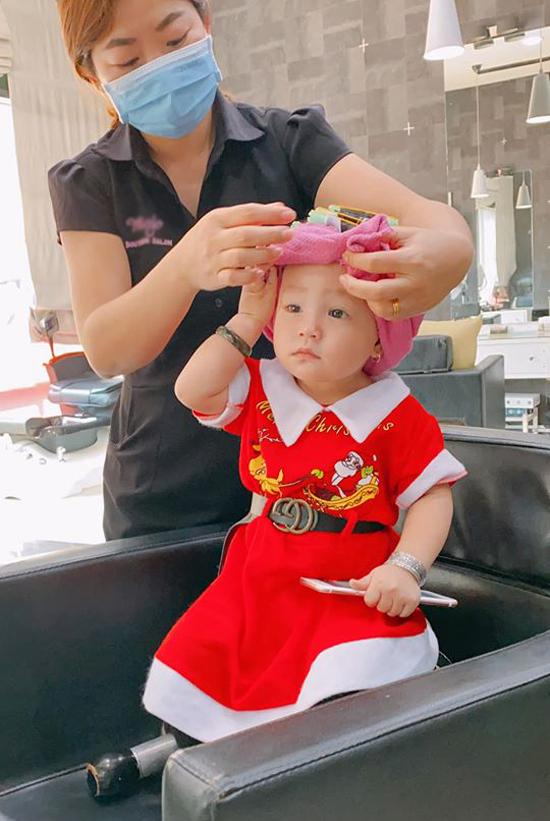 Cô bé khá ngoan, không hề quấy khóc khi ngồi một mình với người làm tóc.